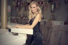 Elegant blond meisje bij bar het stellen Royalty-vrije Stock Foto