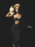 Elegant blondin på svart bakgrund Royaltyfri Fotografi