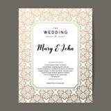 Elegant bröllopinbjudanbakgrund Kortdesign med den guld- blom- prydnaden Arkivfoton