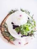 Elegant bröllopstårta med blommor och suckulenter Arkivbilder
