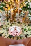 Elegant brölloptabellordning, blom- garnering, restaurang royaltyfria foton