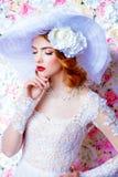 Elegant breed-brimmed hoed stock afbeeldingen
