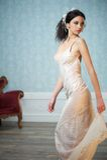 Elegant brud som ser över henne skulderen Royaltyfri Fotografi
