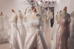 Elegant ceremoni klär på skärm på Si Sposaitalia i Milan, Italien Royaltyfri Foto