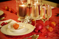 Elegant Christmas table setting in red and gold Royalty Free Stock Photos