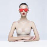 Elegant dam i solglasögon Royaltyfri Foto