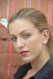 Elegant dam med långt blont hår Royaltyfria Bilder