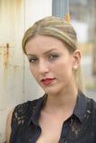 Elegant dam med långt blont hår Arkivbild