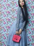 Elegant dam på blom- bakgrund Royaltyfri Foto