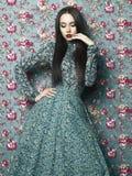 Elegant dam på blom- bakgrund Royaltyfria Bilder