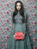 Elegant dam på blom- bakgrund Royaltyfri Bild