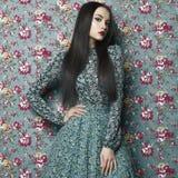Elegant dam på blom- bakgrund Royaltyfria Foton