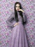 Elegant dam på blom- bakgrund Arkivfoto