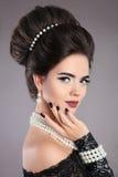 Elegant de vrouwenportret van manierjuwelen Donkerbruine dame met makeu royalty-vrije stock foto's