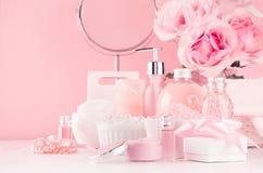 Elegant decor voor romantische meisjesachtige toilettafel - bad, kuuroordschoonheidsmiddelen, toebehoren, rozenboeket, ronde spie stock afbeeldingen