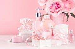 Elegant decor voor romantische meisjesachtige toilettafel - verschillende bad en kuuroordschoonheidsmiddelen, toebehoren, rozenbo royalty-vrije stock afbeeldingen