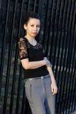 elegant det fria som poserar kvinnan Royaltyfri Foto