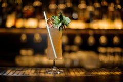 Elegant die cocktailglas met smakelijke Sherry Cobbler-drank DE wordt gevuld stock foto
