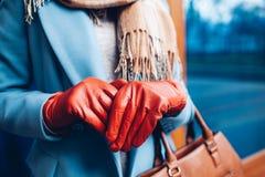 Elegant dräkt Closeup av av den stilfulla kvinnan i lag, halsduk och bruna handskar Trendig flicka på gatan royaltyfri foto