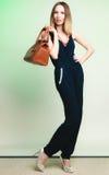 Elegant dräkt Stilfull kvinna med den bruna påsen Arkivbilder