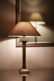 Elegant en eenvoudig binnenland, lampen en spiegel Stock Fotografie