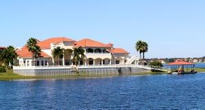 Elegant förorts- herrgårdhus på sjön Arkivbilder