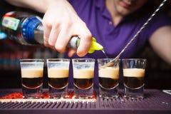 Elegant, fünf alkoholische Cocktails kochend Stockfotografie