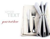 Elegant festligt tabellinställningsställe med gaffeln och kniv på en gre Arkivfoto