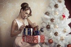 Elegant flicka med xmas-gåvor royaltyfria foton