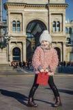 Elegant flicka på Piazza del Duomo i Milan, Italien anseende Arkivbilder