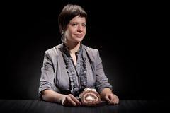 Elegant flicka som äter en chokladcake Fotografering för Bildbyråer