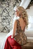 elegant frisyr Härlig blond kvinna i röd klänningsi för mode Arkivfoton