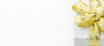 Elegant gåvaask för långt baner som slås in i Grey Silver Paper med polkan Dots Golden Ribbon Nya år Valentine Presents för jul arkivfoto
