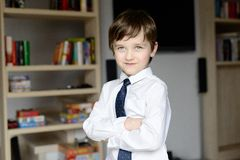 Elegant gekleed in een wit overhemd en bind weinig jongen Stock Afbeelding