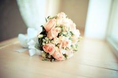 Elegant gifta sig brudbukett med rosor royaltyfria foton