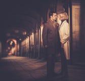 Elegant goed-gekleed paar in openlucht stock foto's