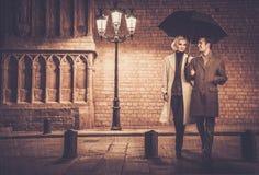 Elegant goed-gekleed paar in openlucht royalty-vrije stock fotografie