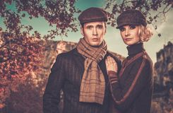 Elegant goed-gekleed paar in openlucht royalty-vrije stock foto