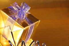 Elegant goud huidig met blauw lint royalty-vrije stock afbeelding