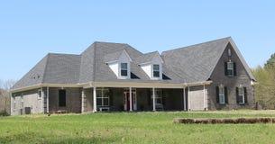 Elegant Gray Stucco Middle Class Suburban-Huis stock fotografie