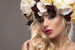Elegant härlig blond kvinna arkivfoto