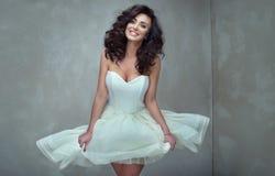 Elegant härlig kvinna i klänning Royaltyfria Bilder
