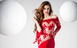 Elegant härlig kvinna i röd klänning royaltyfri foto