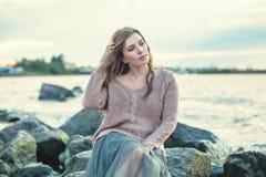 Elegant härlig ung kvinna på havbakgrund royaltyfri fotografi