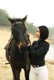 elegant häst nära flodkvinna Royaltyfria Foton