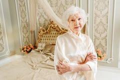 Elegant hög dam som vilar i sovrum Royaltyfri Foto