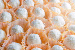 Elegant hemlagad vit kokosnötgodis i orange punnet Royaltyfria Foton