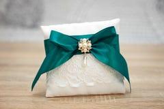 Elegant hoofdkussen of kussen voor ringen De ceremonie van het huwelijk stock fotografie