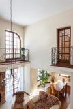 Elegant huis - Mening van eerste verdieping stock fotografie