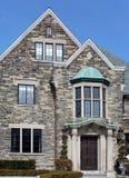 Elegant huis met steengeveltop Royalty-vrije Stock Afbeeldingen
